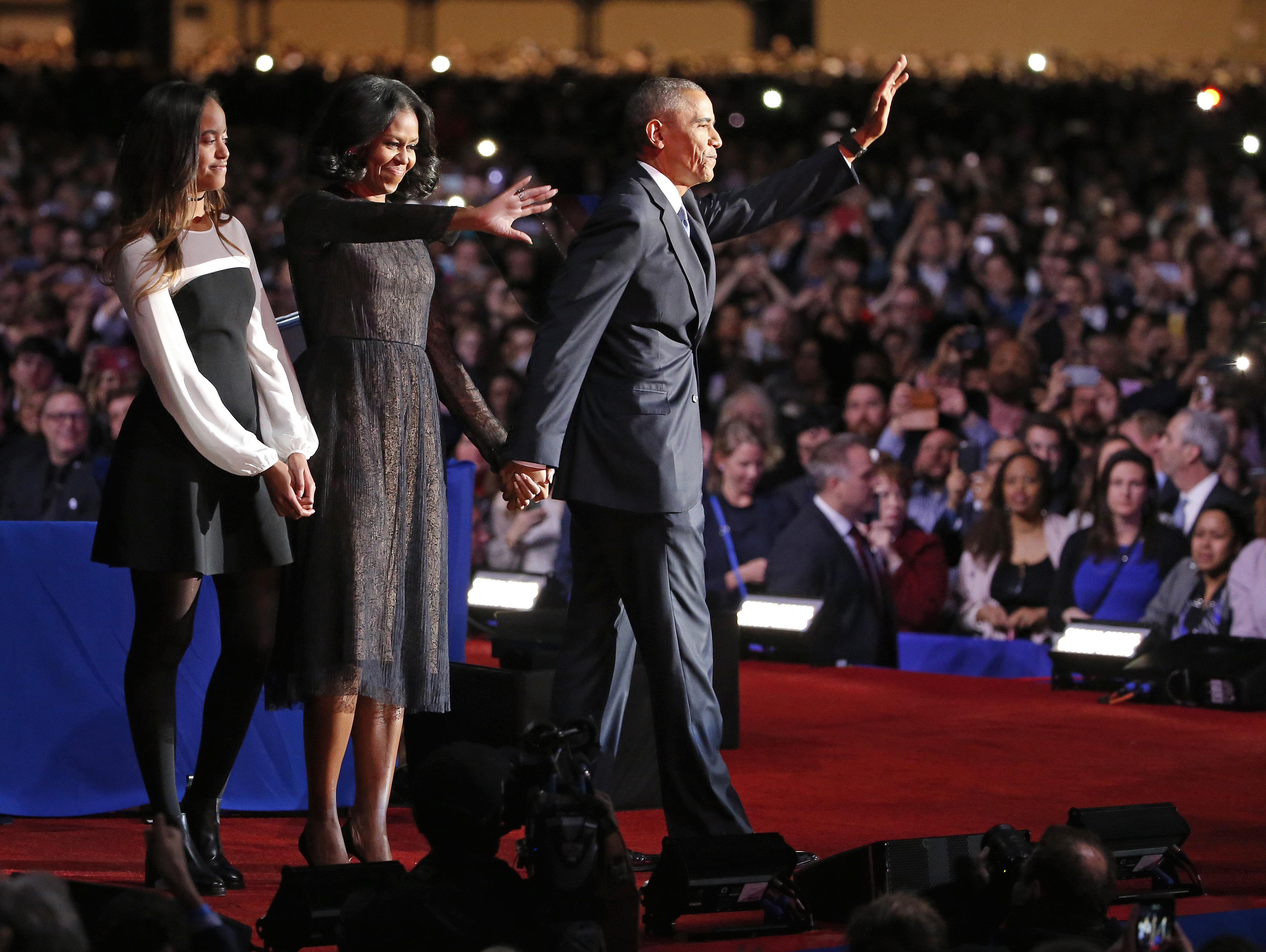 La familia Obama se despide del público de Chicago. (AP )