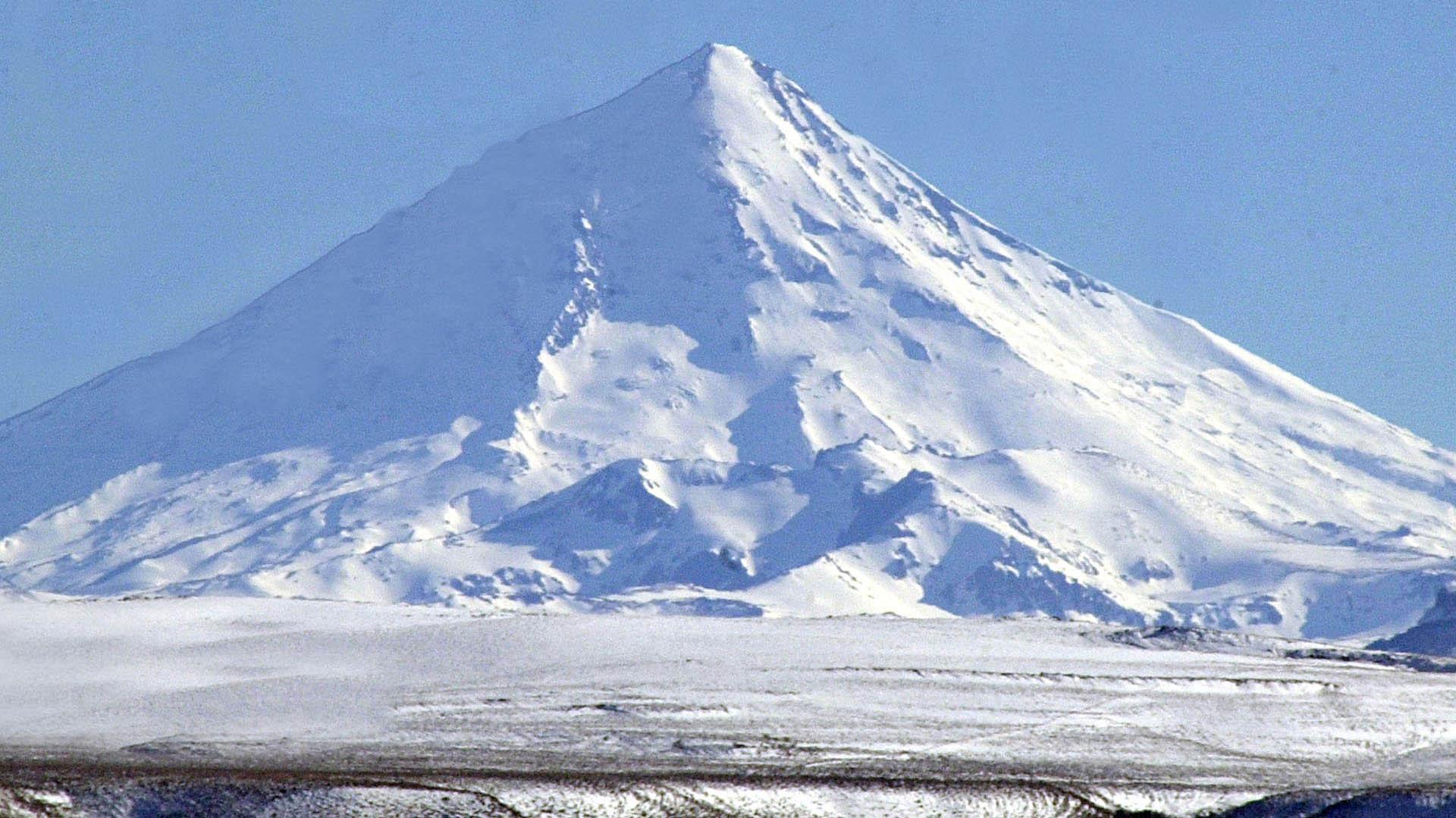 El volcán Lanín, en Neuquén (foto Télam)