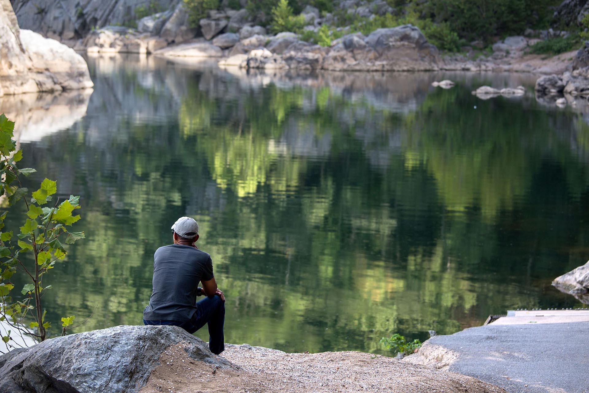 Tras una caminata con su hija Malia por el Great Falls National Park, Viginia, Obama se sentó a descansar frente al río Potomac