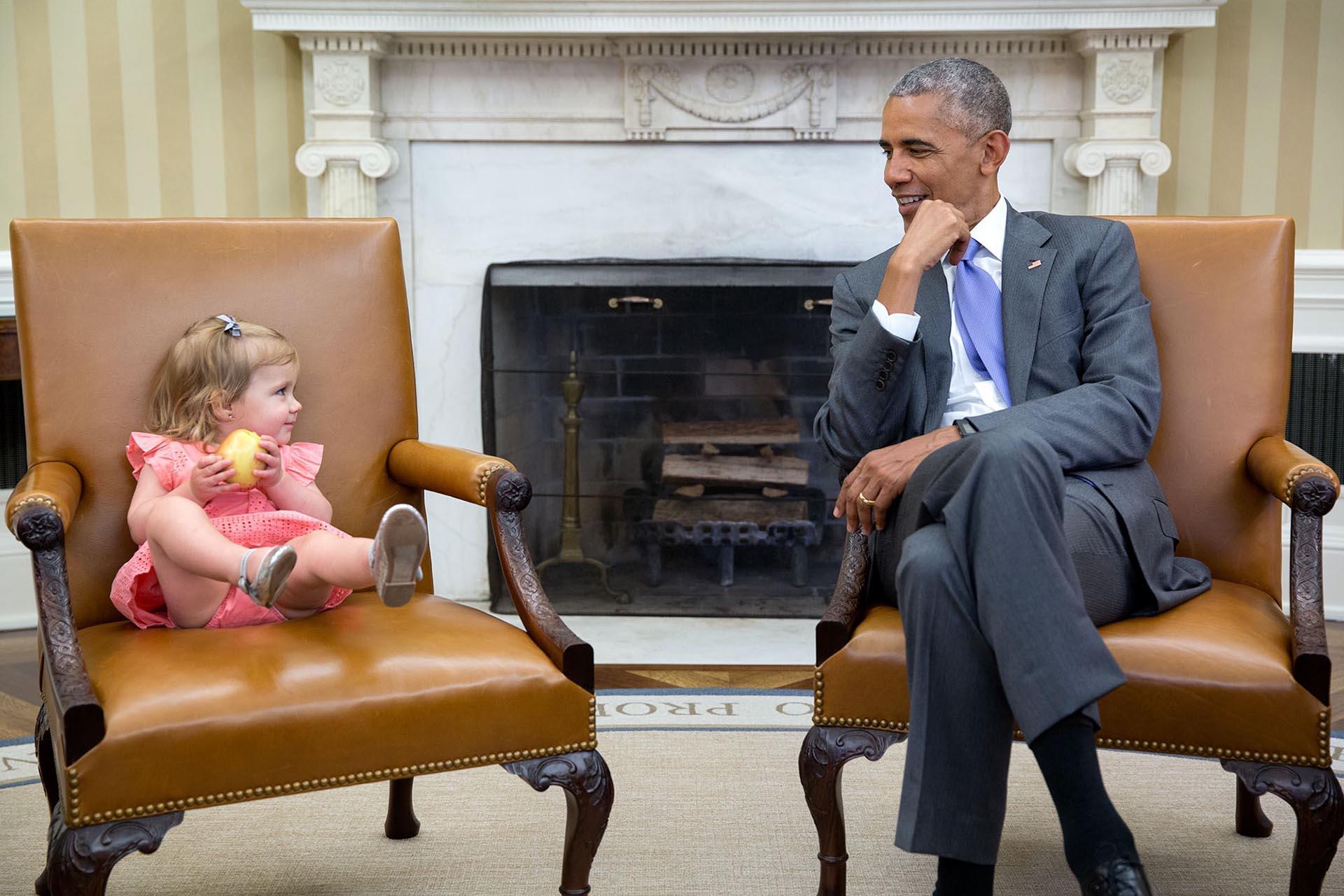 Con una de las nietas del ex consejero presidencial David Axelrod