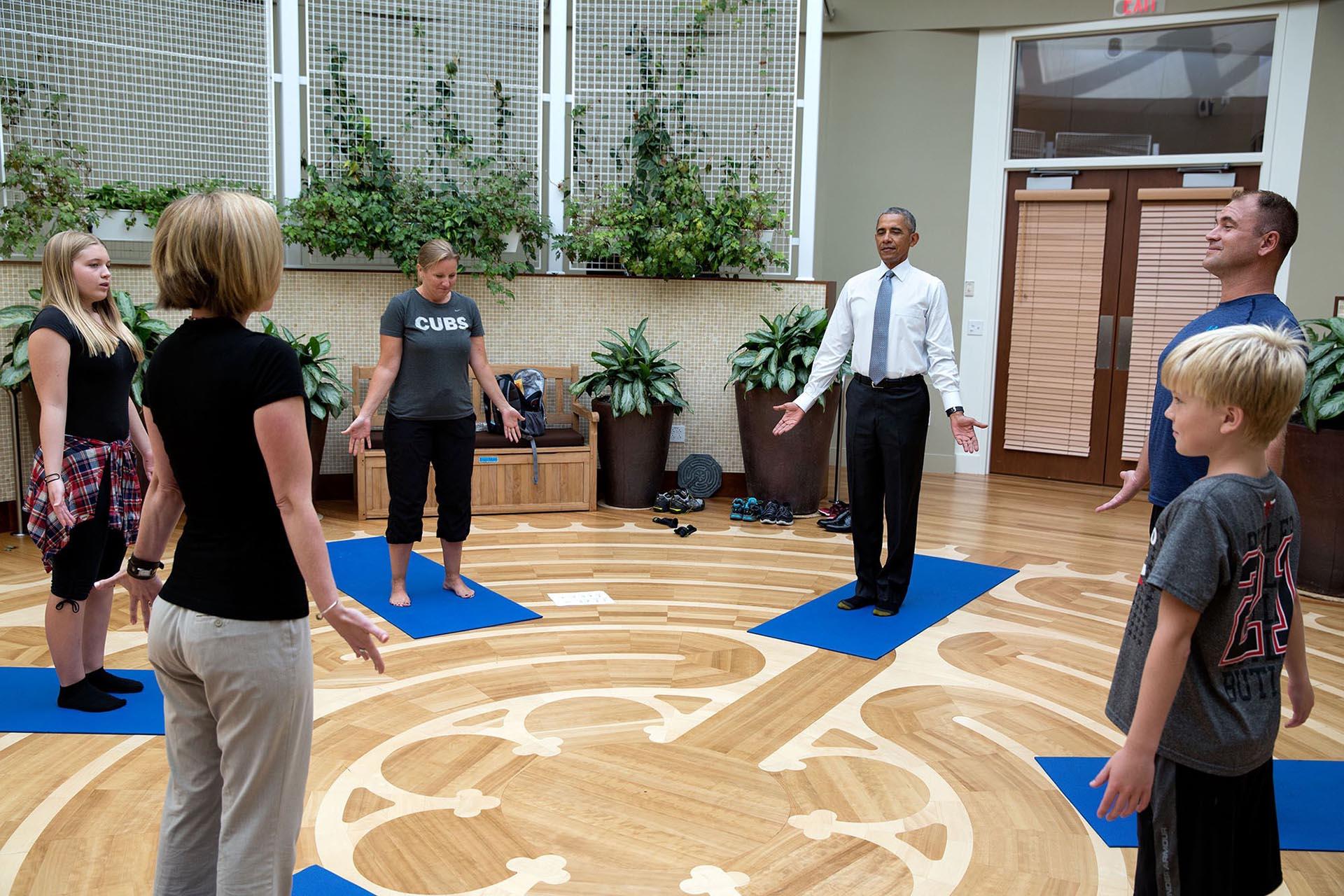 En el Walter Reed National Military Medical Center, el presidente se sumó a la clase de yoga para rehabilitación que recibía un militar herido en Afganistán junto a su familia