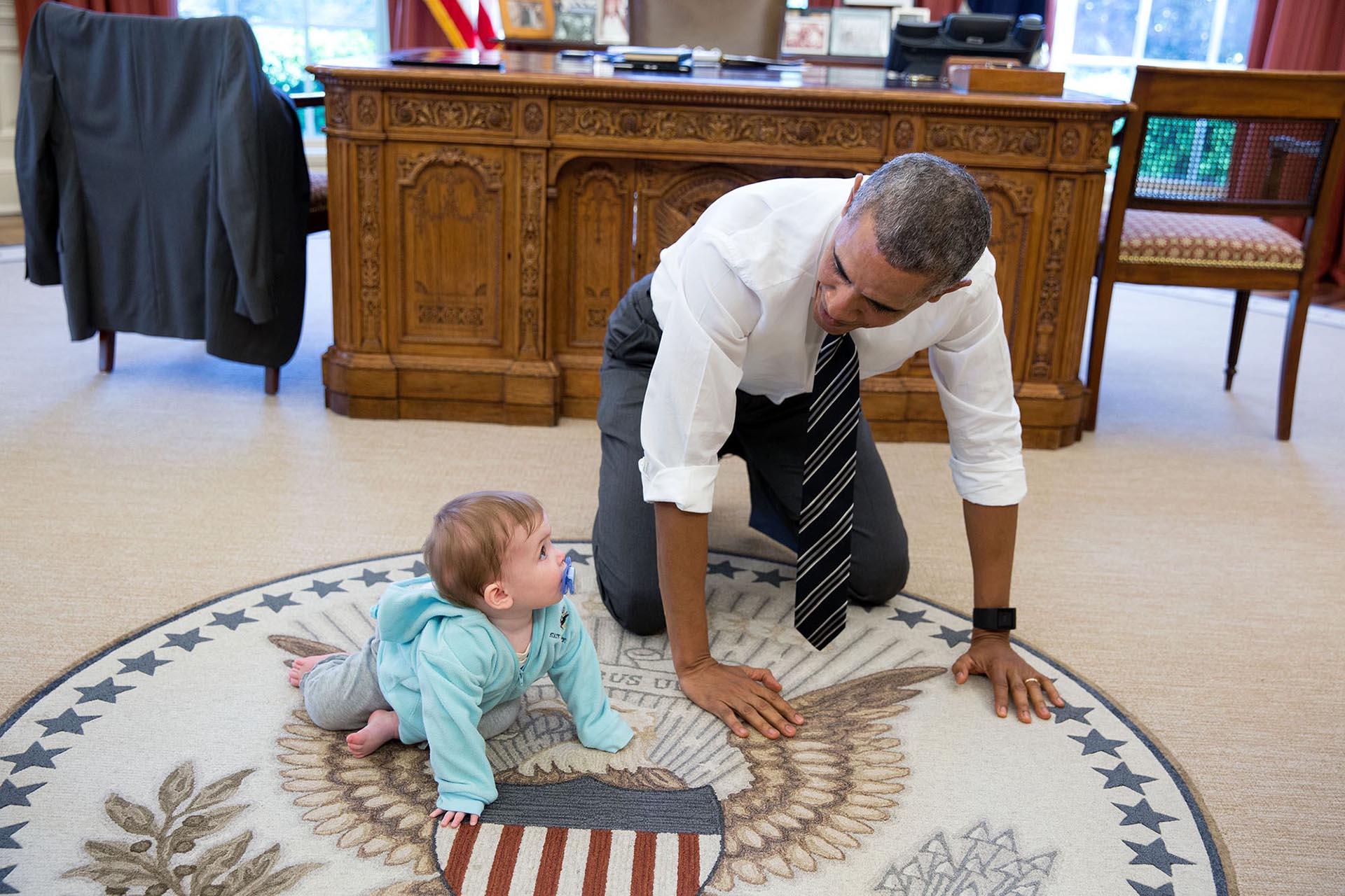 Obama siempre le pedía a su equipo que invitasen a sus hijos al trabajo. Cuando tenía un espacio entre las reuniones, jugaba con ellos