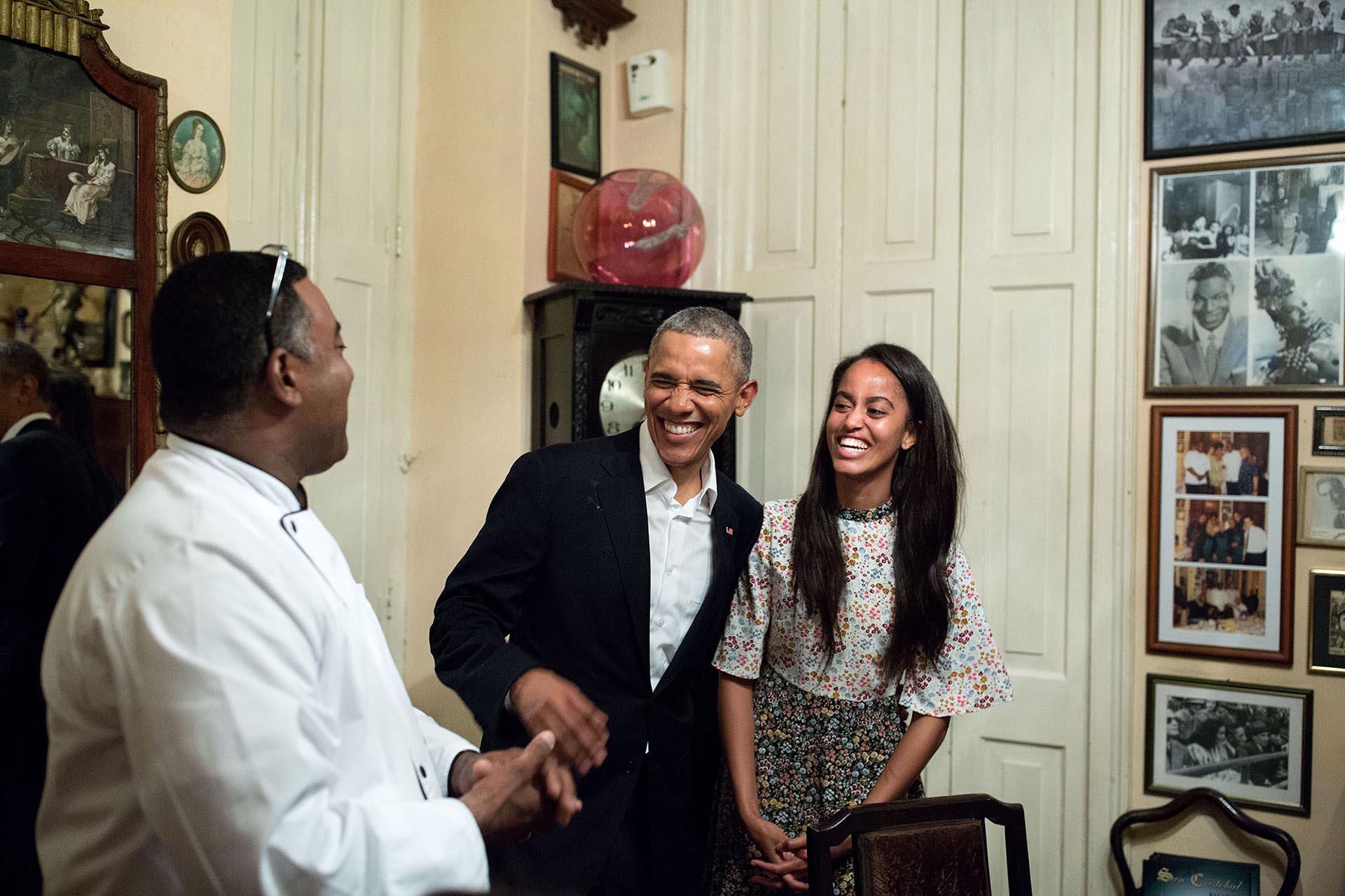 Malia le hizo de traductora de español a su padre en un restaurante de La Habana