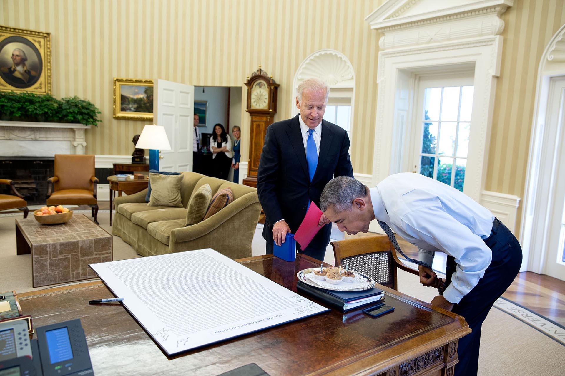 Celebrando su cumpleaños junto al vicepresidente, Joe Biden.