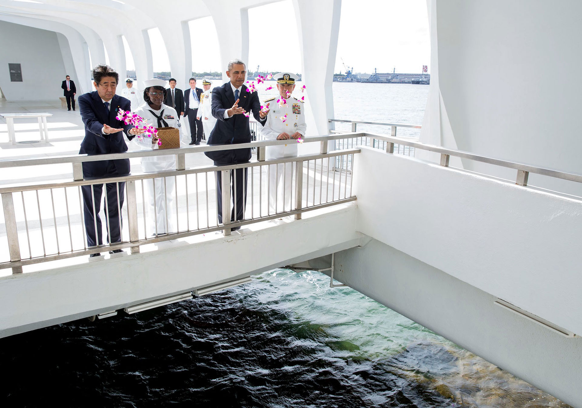 Junto al primer ministro japonés, Shinzo Abe, en un homenaje a las víctimas del ataque a Pearl Harbor