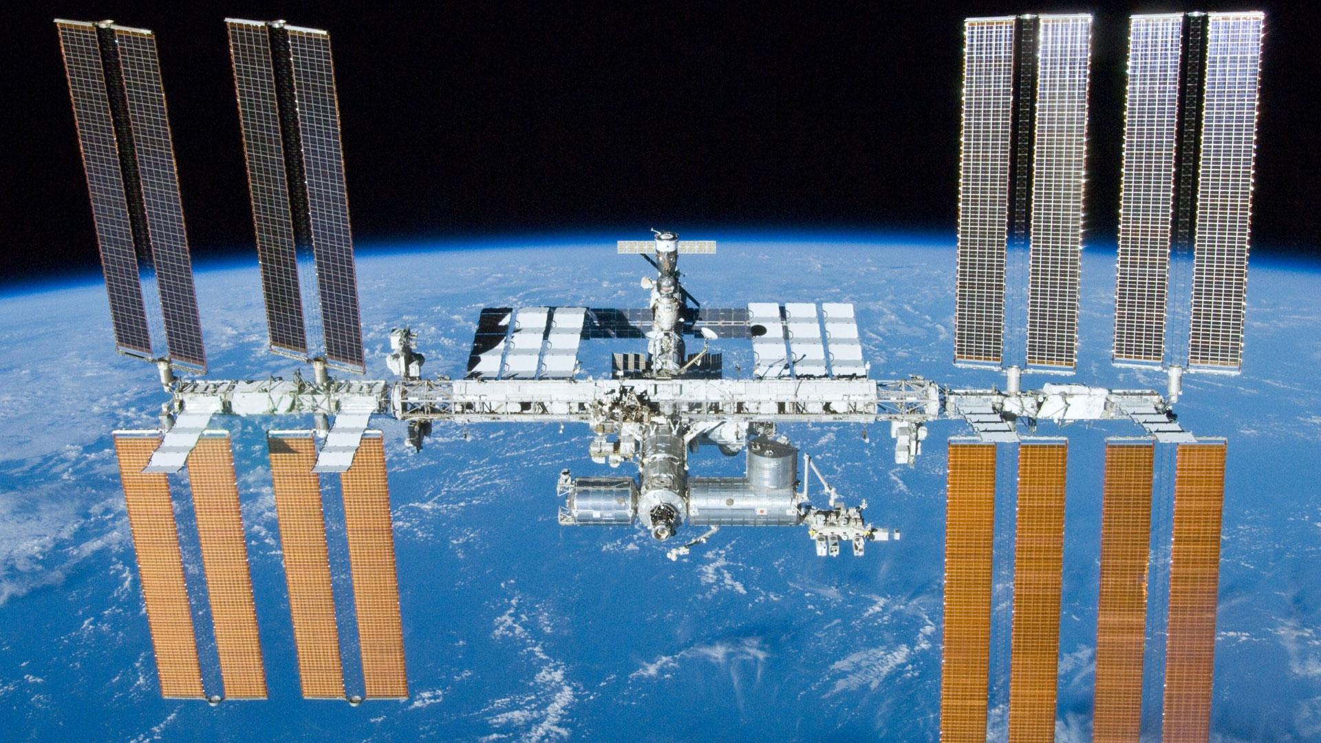 La EEI, un proyecto de más de 150.000 millones de dólares (139.907 millones de euros) en el que participan 16 naciones, actualmente está integrada por 14 módulos permanentes y orbita a una velocidad de más de 27.000 kilómetros por hora a una distancia de 400 kilómetros de la Tierra
