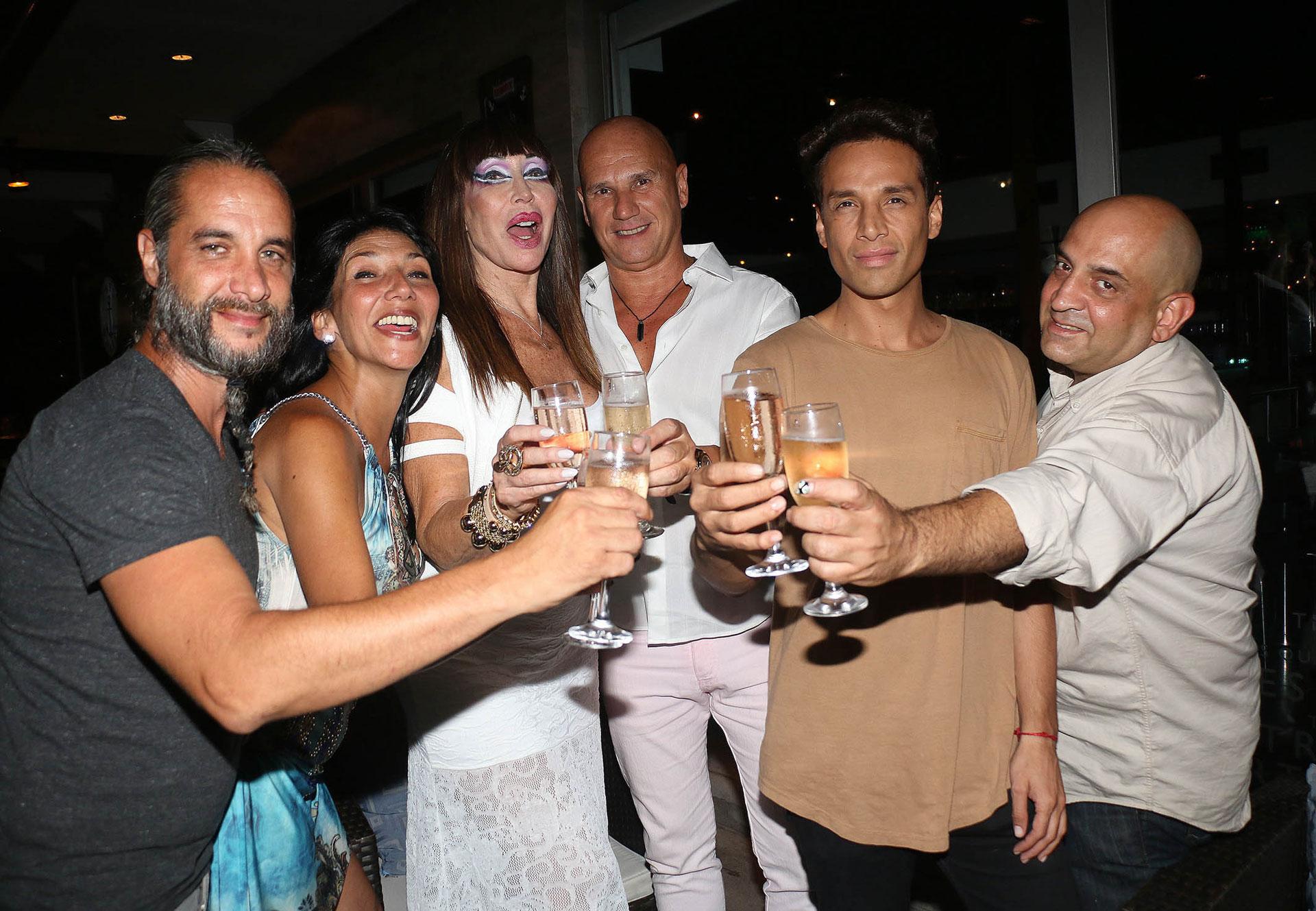 Con un grupo de amigos, Moria fue a festejar a un restaurante de Puerto Madero luego de la función