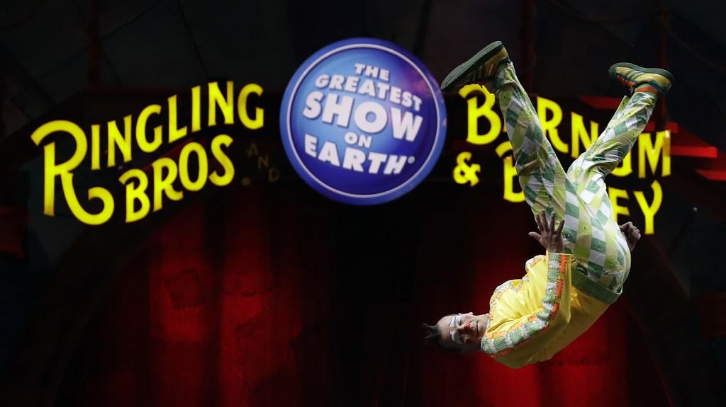 """Un acróbata del circo Ringling Bros. and Barnum and Bailey ejecuta un """"salto mortal"""" durante el espectáculo del 14 de enero en Orlando(AP)"""