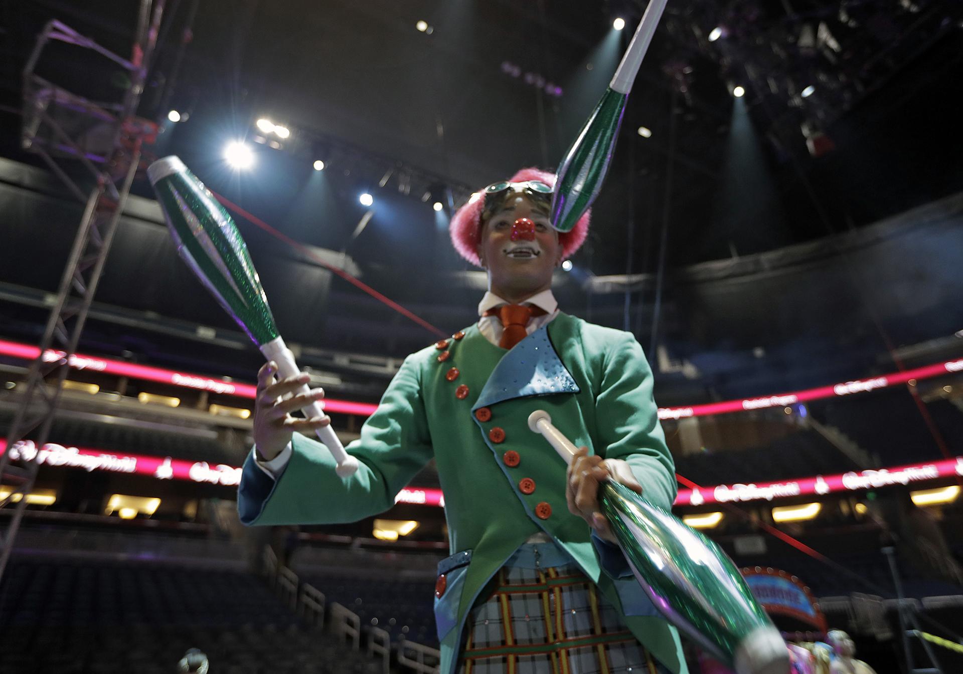 Malabares en la función en Orlando del circo Ringling Bros. and Barnum & Bailey (AP)