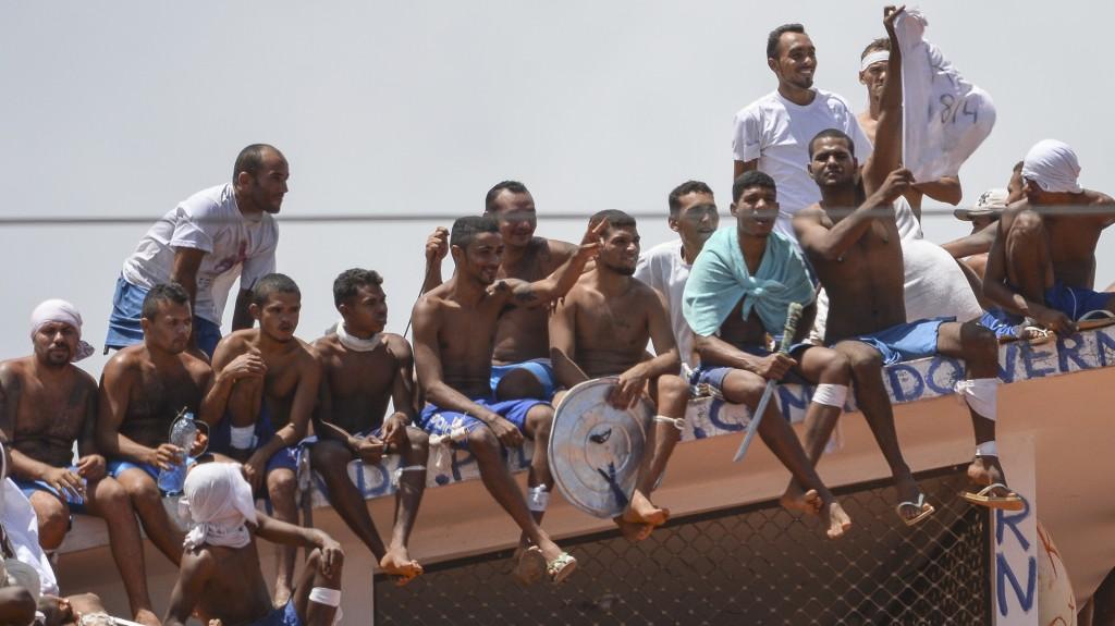 Los agentes dispararon desde los muros que rodean el establecimiento en dirección de los amotinados, que buscan refugiarse en los techos de los pabellones (AFP)