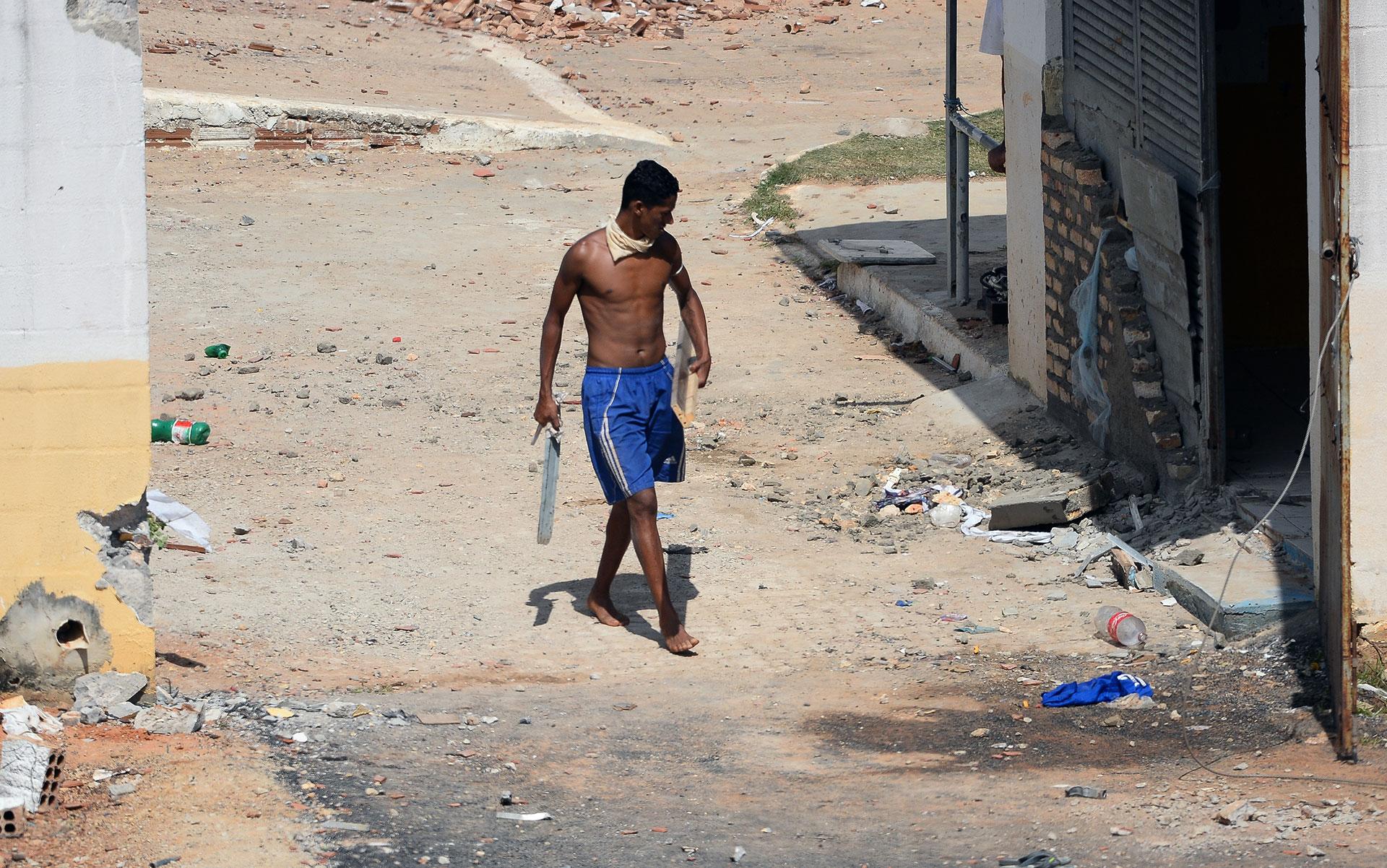 Un recluso camino por una de las zonas del centro penitenciario de Alcaçuz
