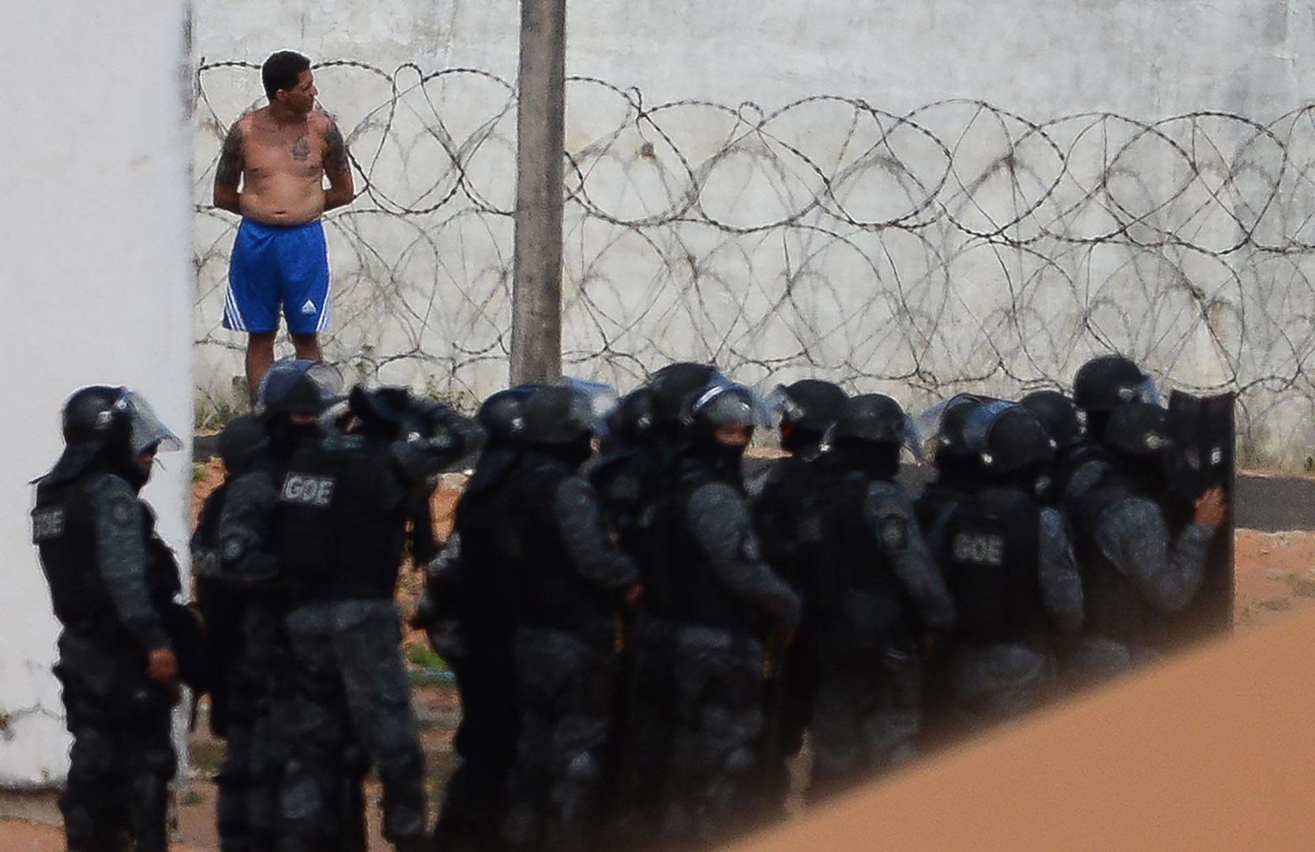 La policía negocia con uno de los prisioneros