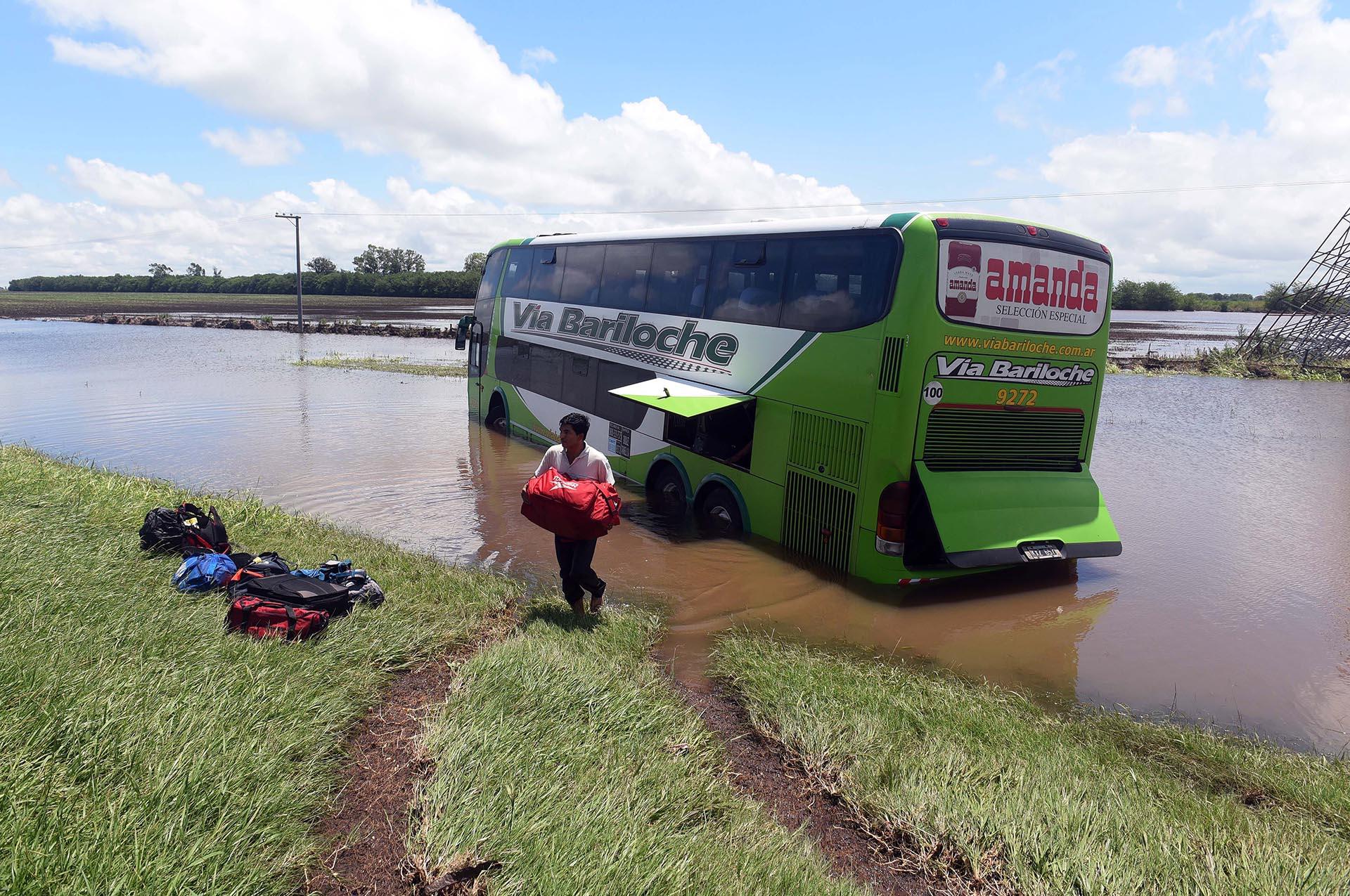 Camiones y colectivos varados a la altura del Arroyo Pavón, debido a las lluvias de ayer y hoy a la madrugada que complicaron la situación de varias localidades del sur de Santa Fe