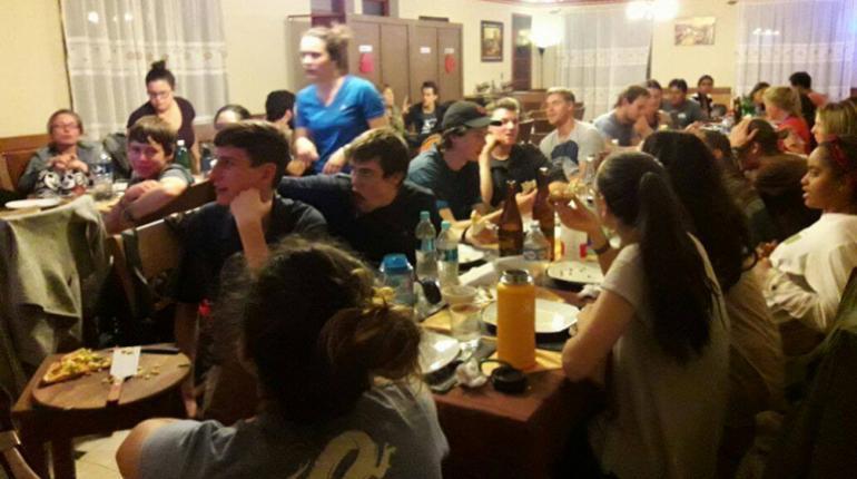 """Malia en la pizzería """"Villa Esperanza"""" el día de las elecciones presidenciales de EEUU (Foto: Unitel)"""