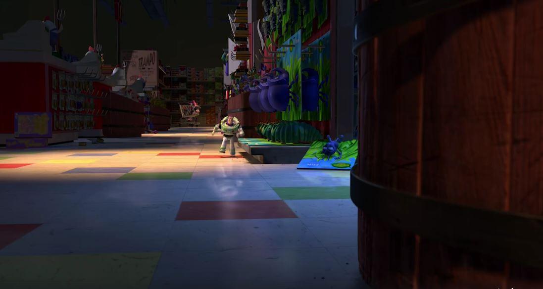 Buzz Lightyear corre sin percibir que a su lado está Flik, quien sería el protagonista de Bichos, otra película de Pixar