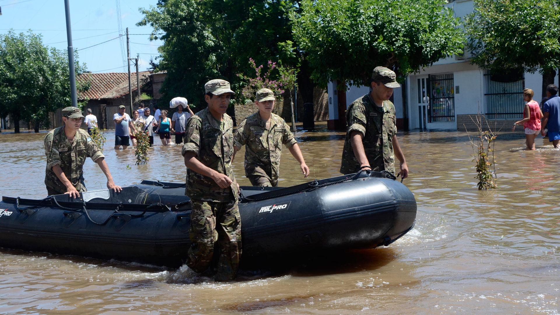Resultado de imagen para Inundaciones. Ejercito Argentino ayuda a damnificados