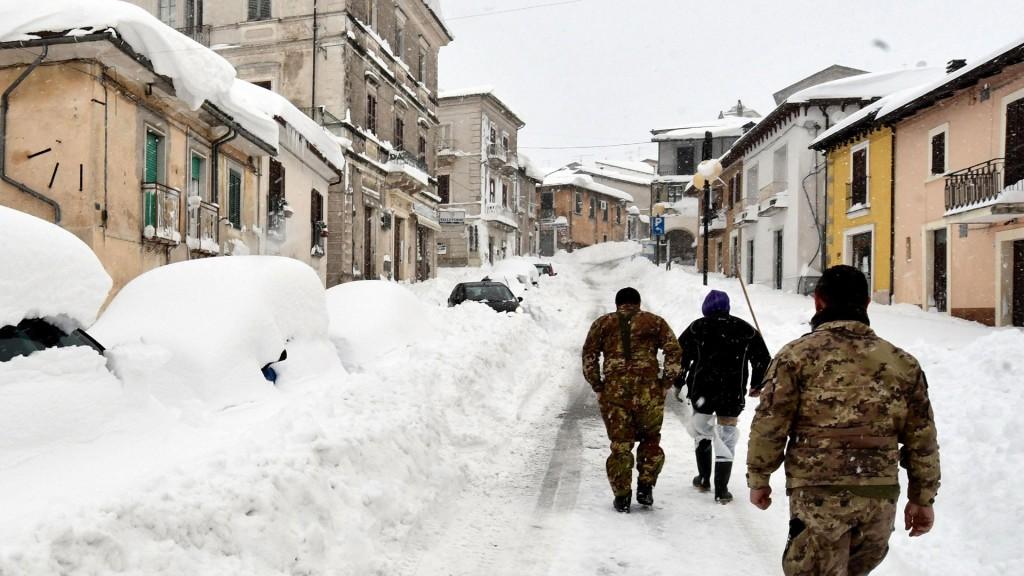La nieve dificulta la tarea de los rescatistas (EFE)