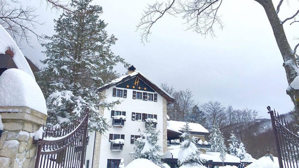 El hotel Rigopiano di Farindola quedó cubierto por la nieve