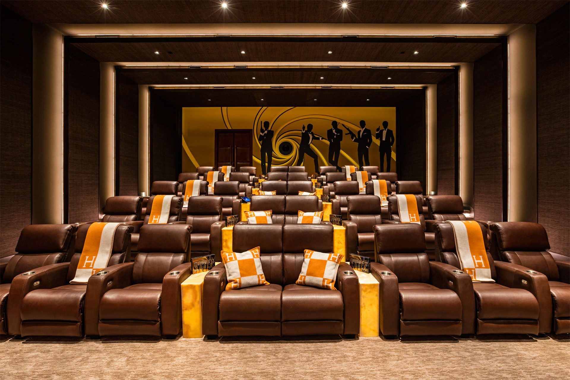 La sala de cine, con detalles exclusivos y una referencia a James Bond (BAM Luxury Development)
