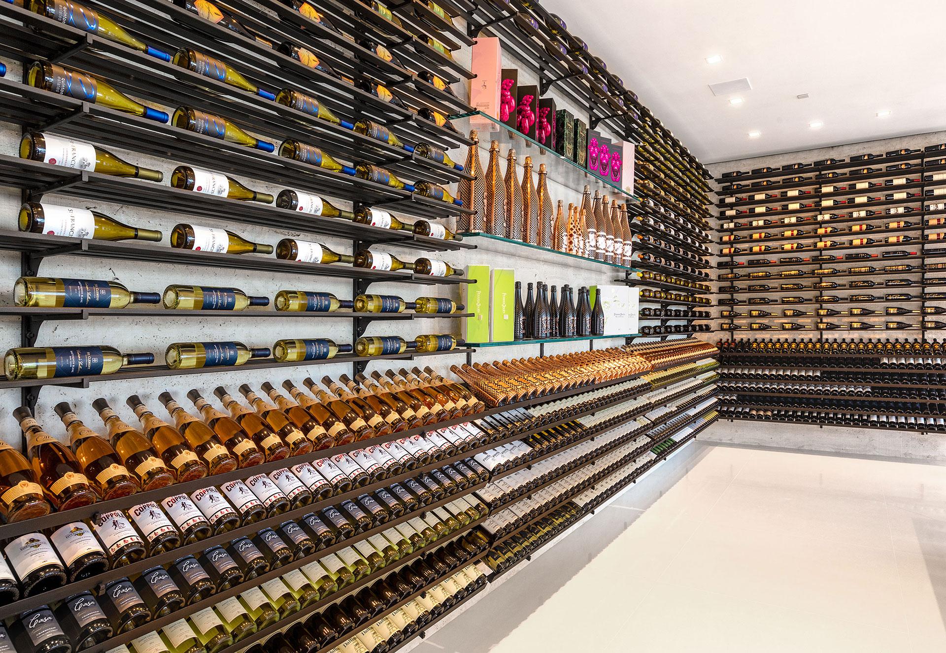Una de las dos cavas con las que cuenta la propiedad para guardar los vinos y la champaña (BAM Luxury Development)