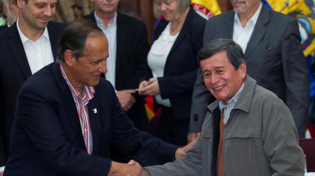 Juan Camilo Restrepo, jefe negociador del gobierno colombiano; junto a Pablo Beltrán, representante del ELN (Reuters)