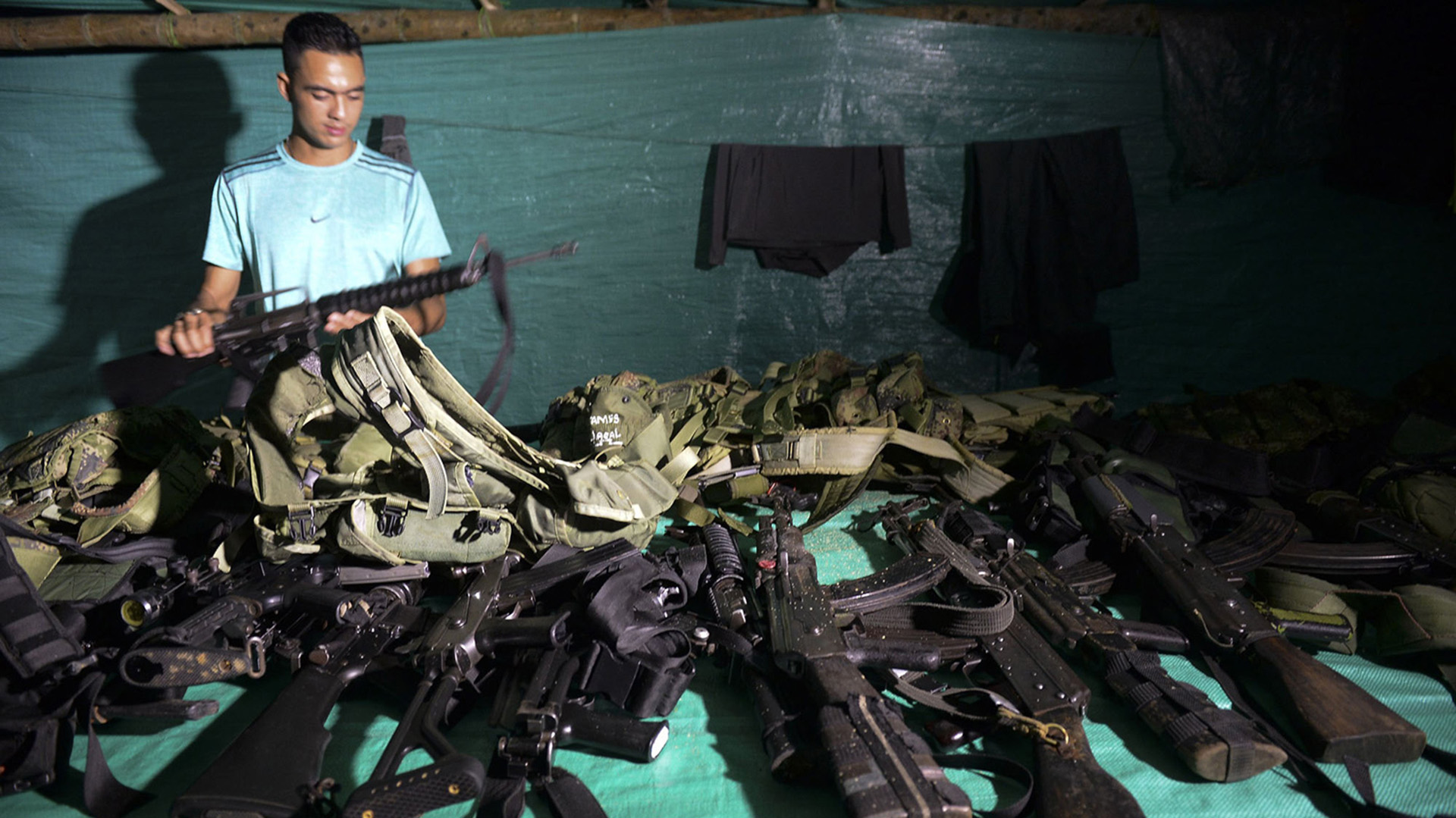 Un miembro de las Farc revisa el arsenal de su unidad en una de las zonas concentración destinadas por el gobierno.