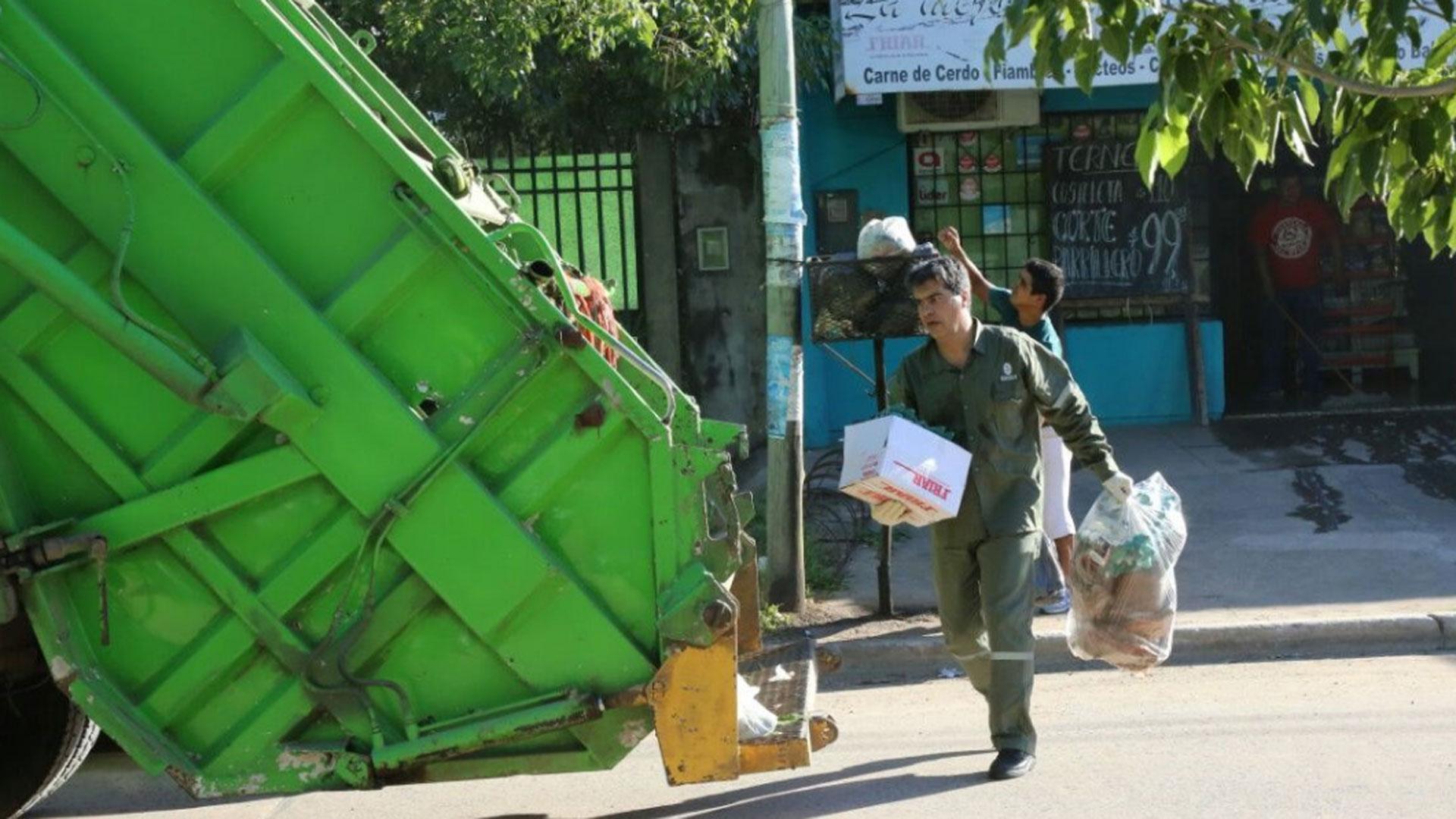 Jorge Capitanich juntando basura