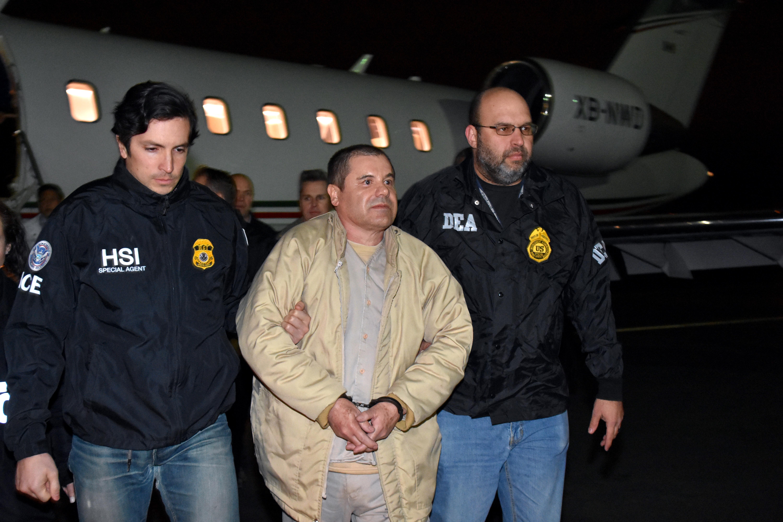 Guzmán llega a los Estados Unidos, donde enfrentará varios cargos. Es escoltado por oficiales de la DEA y de la HSI