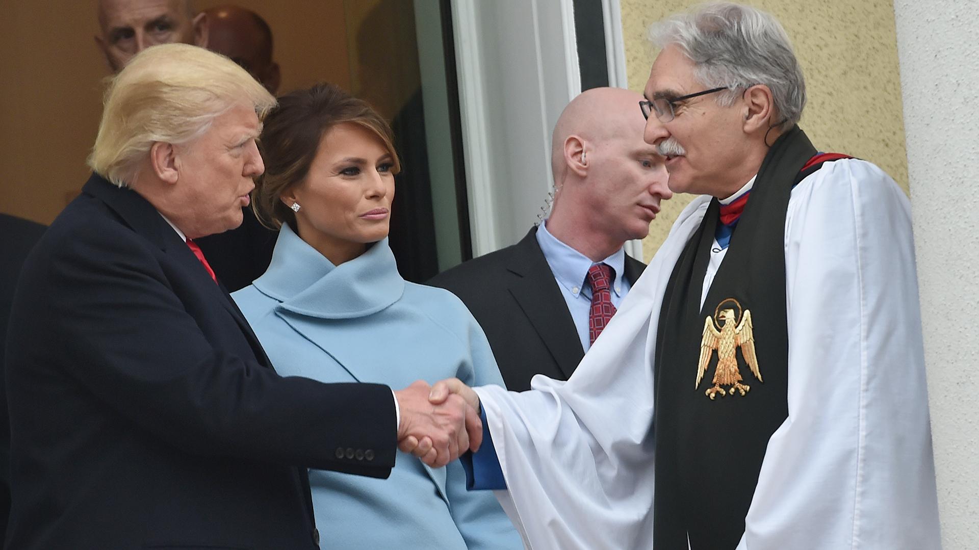 Donald y Melania Trump conversan con el Reverendo Luis Leon, a la salida de la Iglesia Episcopal St. John