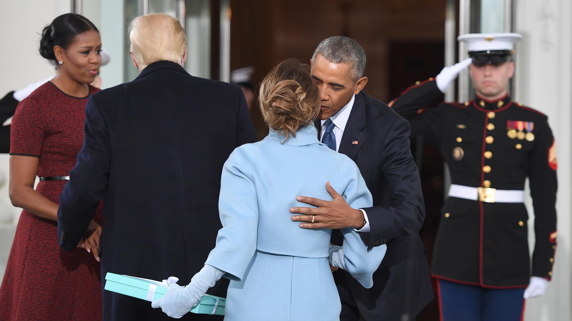 Melania Trump llega a la Casa Blanca con un regalo para Michelle Obama