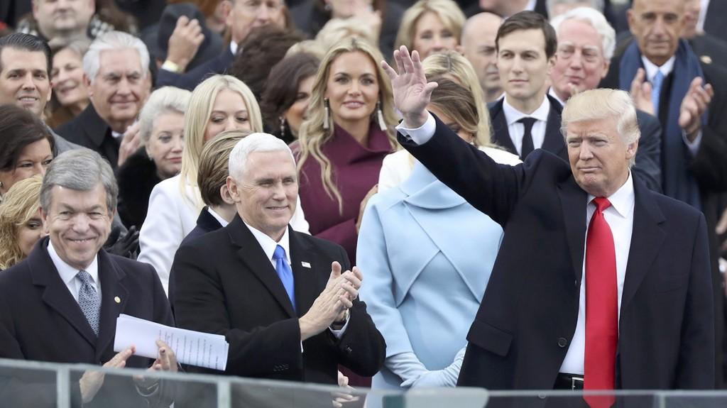 El vicepresidente Mike Pence aplaude la llegada de Trump