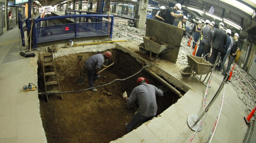 Obreros trabajan en un foso necesario para el nuevo sistema de señalización