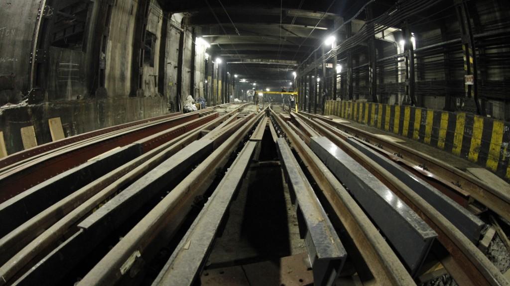 ingresar las vías, durmientes y retroexcavadoras a los túneles