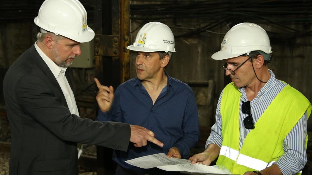 En el medio, el ministro Franco Moccia acompañado por directivos de Sbase