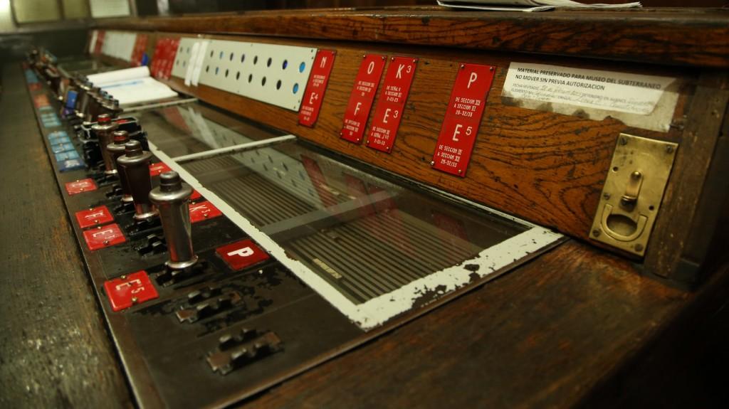 Un sticker en la consola advierte queserá llevada al museo del subterráneo una vez que sea cambiada por equipamiento nuevo