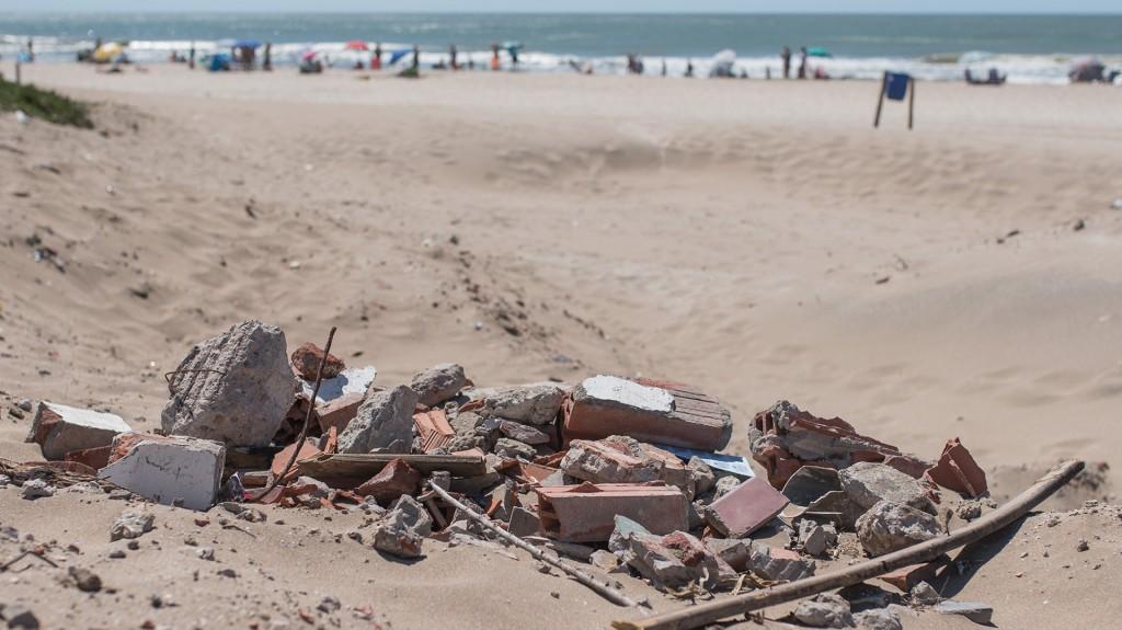 Escombros y maquinaria pesada en las playas, otras de las quejas de los veraneantes