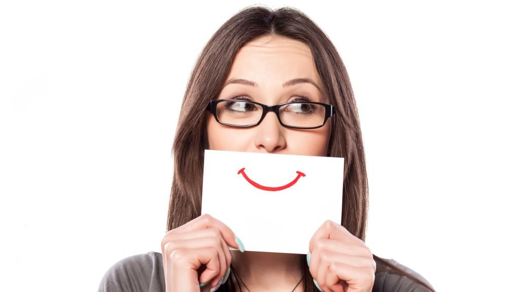 Las mujeres sonrientes generan una mayor atracción (iStock)