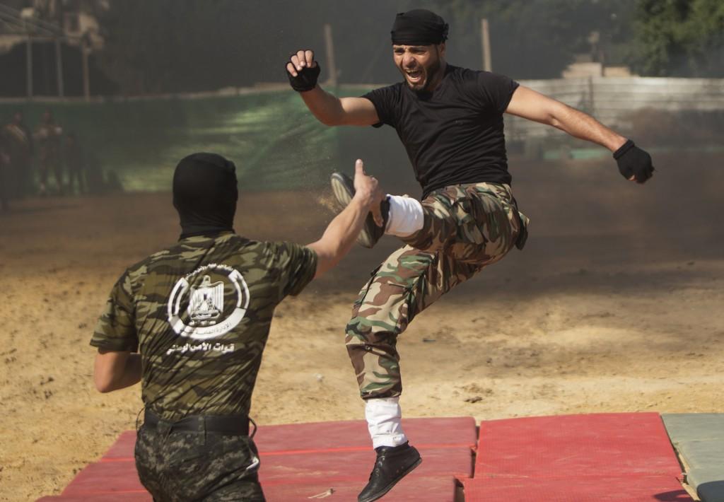 Miembros de Hamas muestran sus habilidades en el combate cuerpo a cuerpo (AFP)