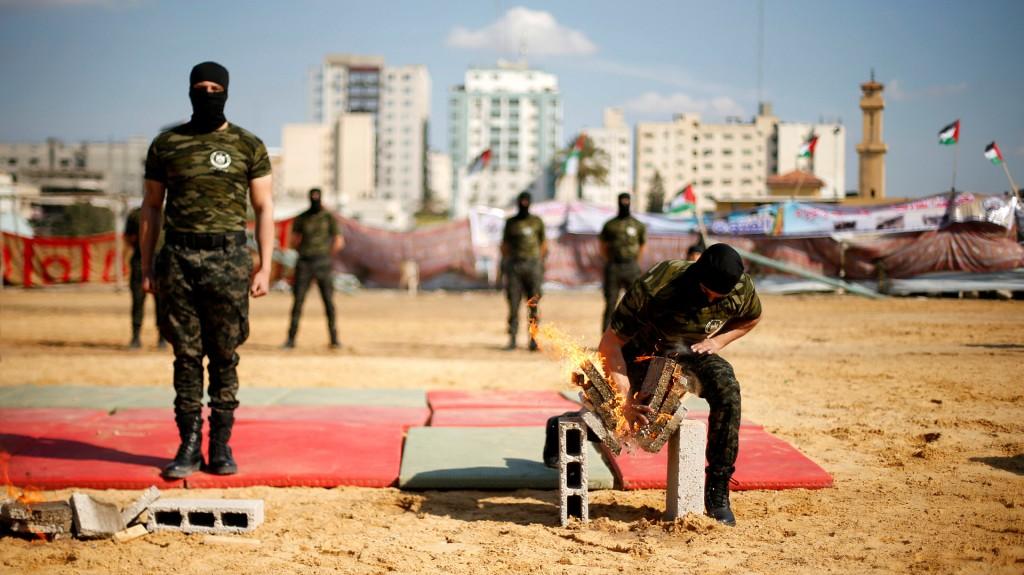 Un militar de Hamas exhibe sus habilidades en artes marciales: rompió ladrillos con su puño (AFP)