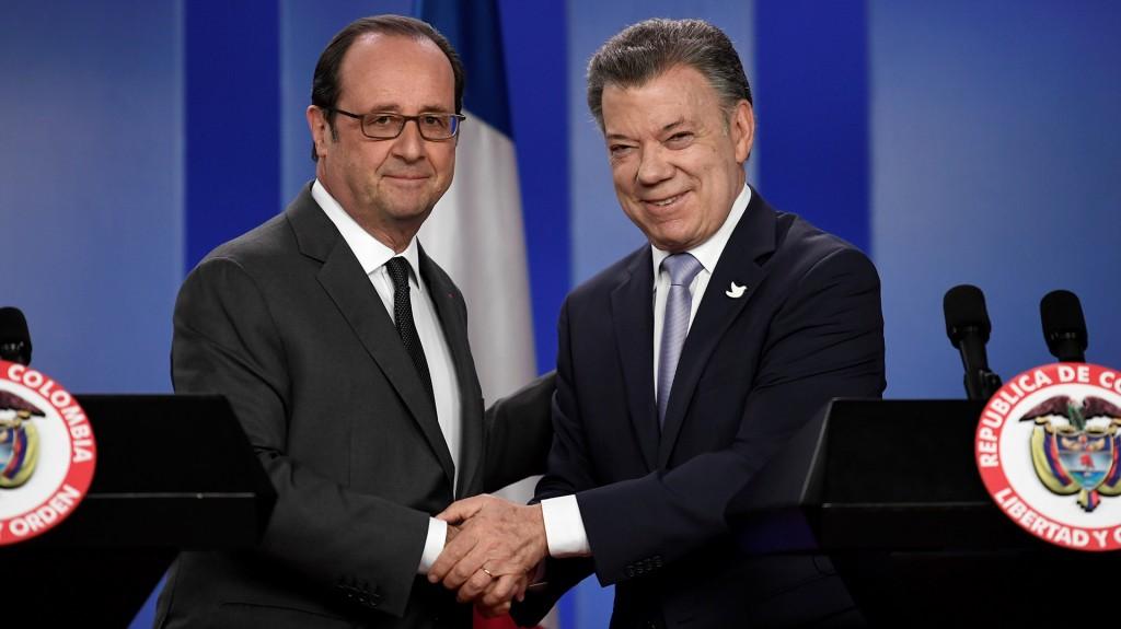 Los jefes de Estado de Francia, François Hollande; y de Colombia, Juan Manuel Santos (AFP)