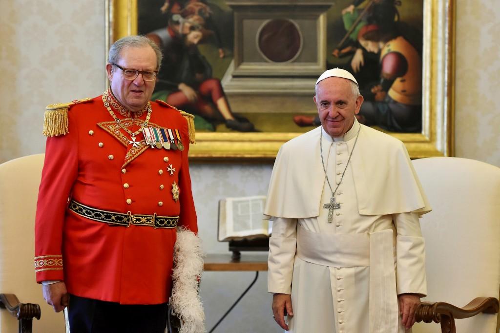 El Papa Francisco junto con Robert Matthew Festing, Principe y Gran Maestro de la Orden de Malta en una audiencia privada en junio de 2016 (Reuters)