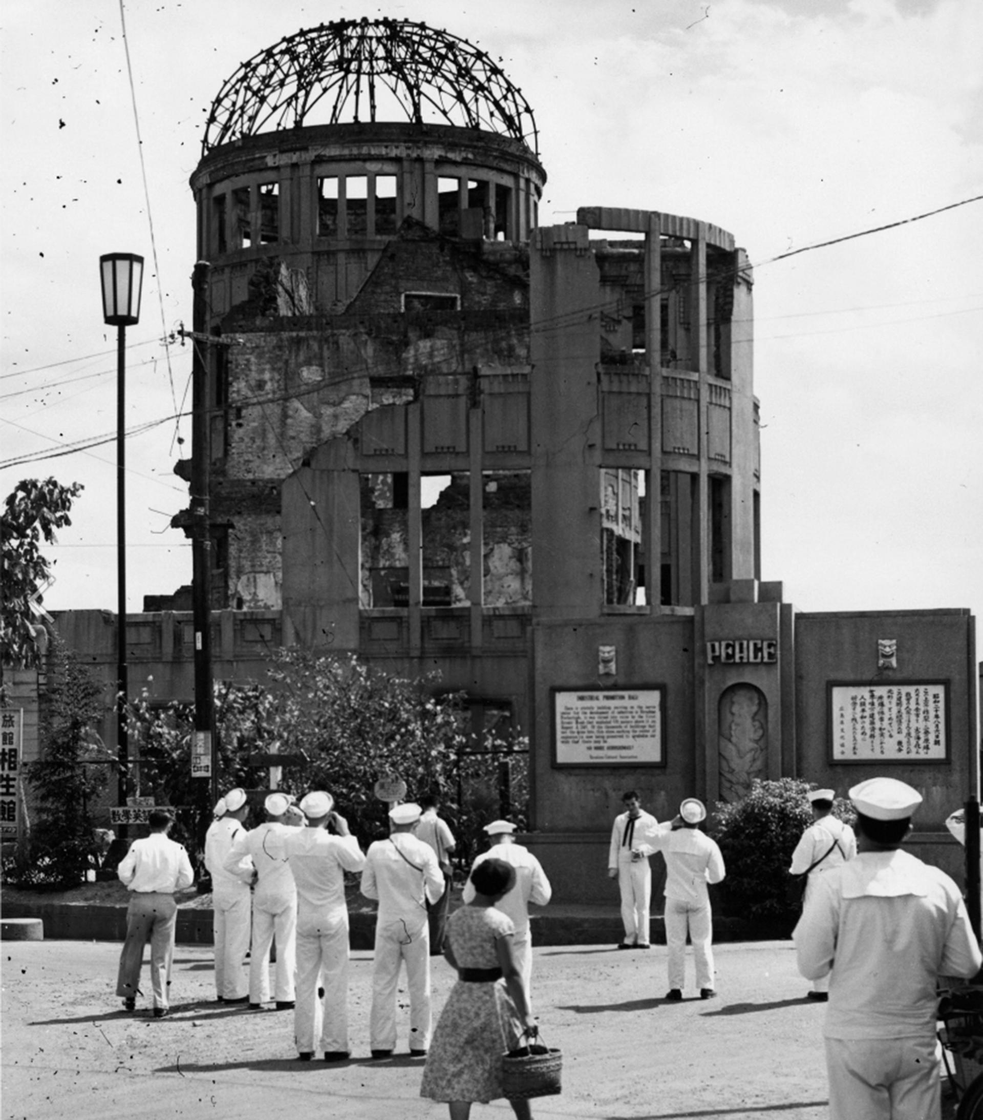 El Centro de Exhibiciones Industriales de la Prefectura de Hiroshima sobrevivió casi intancto a la explosión. Hoy es un museo conocido como el Domo Genbaku