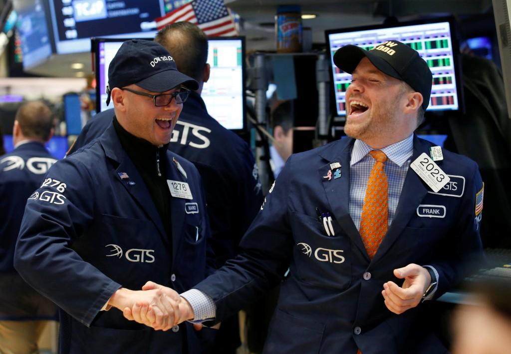 Corredores de bolsa celebran el rompimiento de la marca (Reuters)