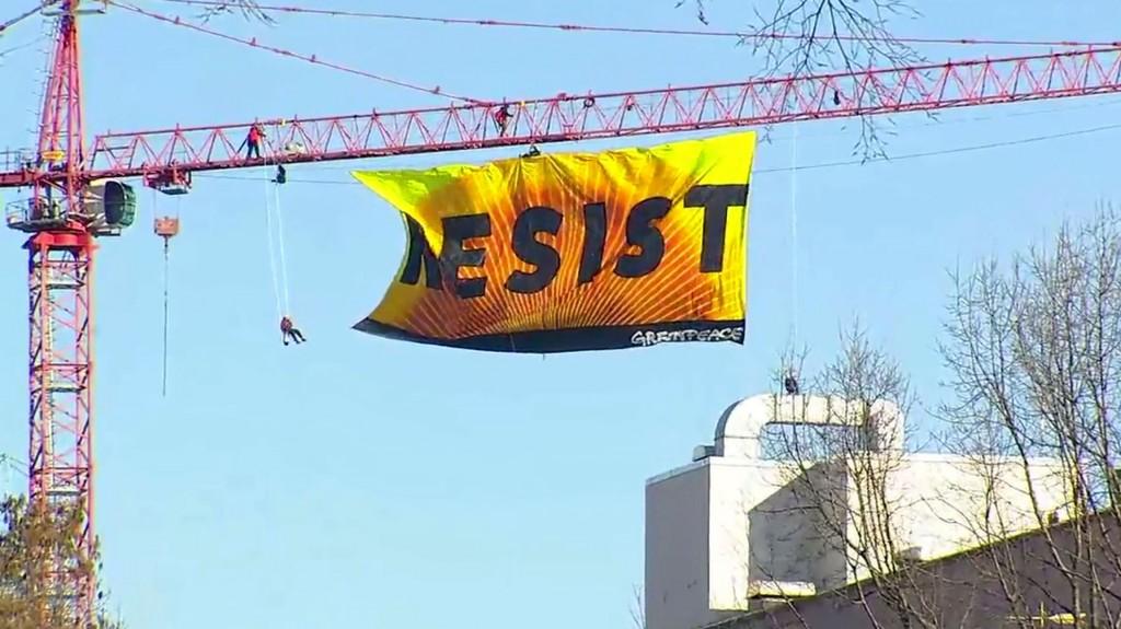 """Ambientalistas colgaron una bandera con la inscripción """"Resist"""""""