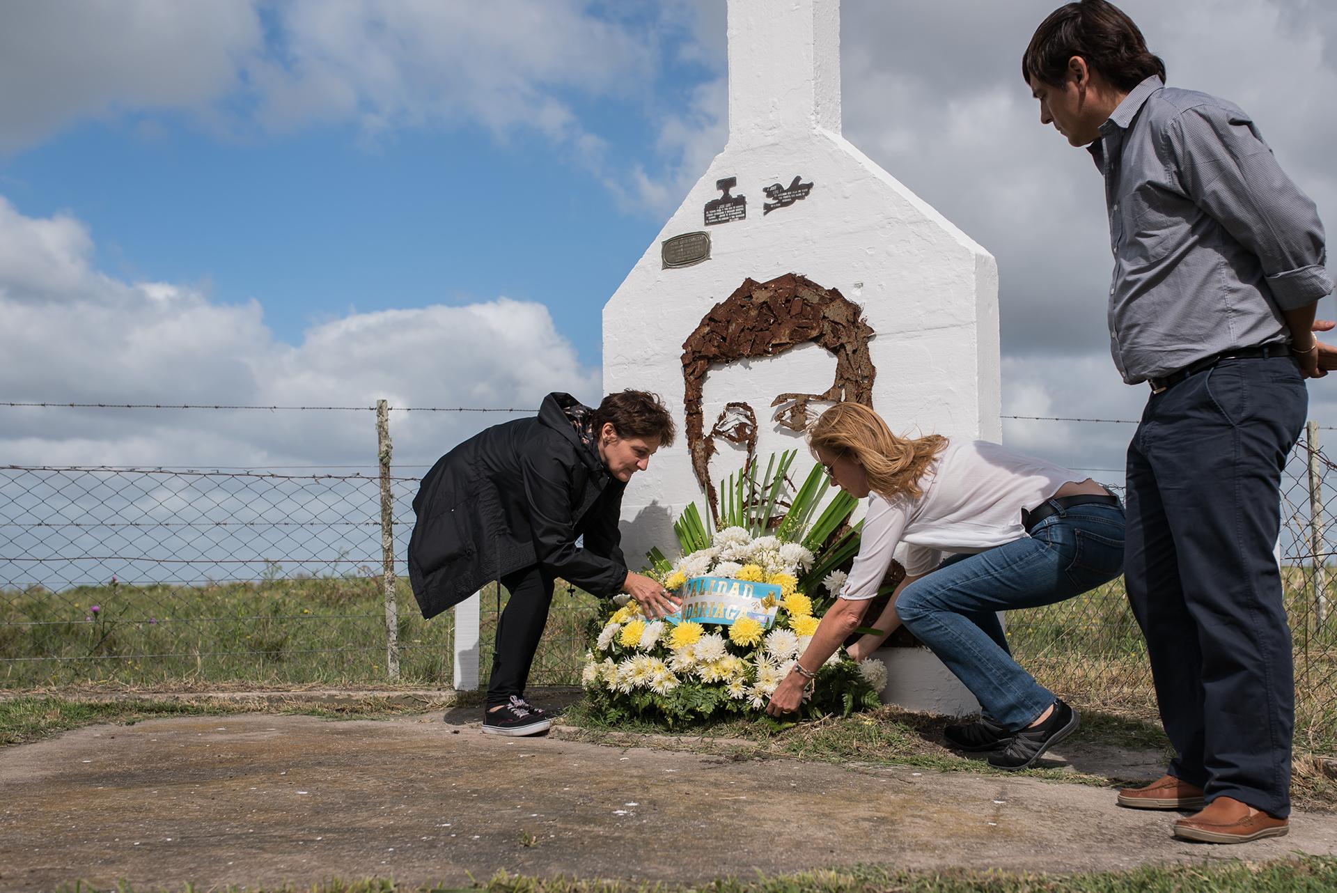 Gladys Cabezas, su hermana, y María Cristina Robledo, su viuda, depositan una ofrenda floral