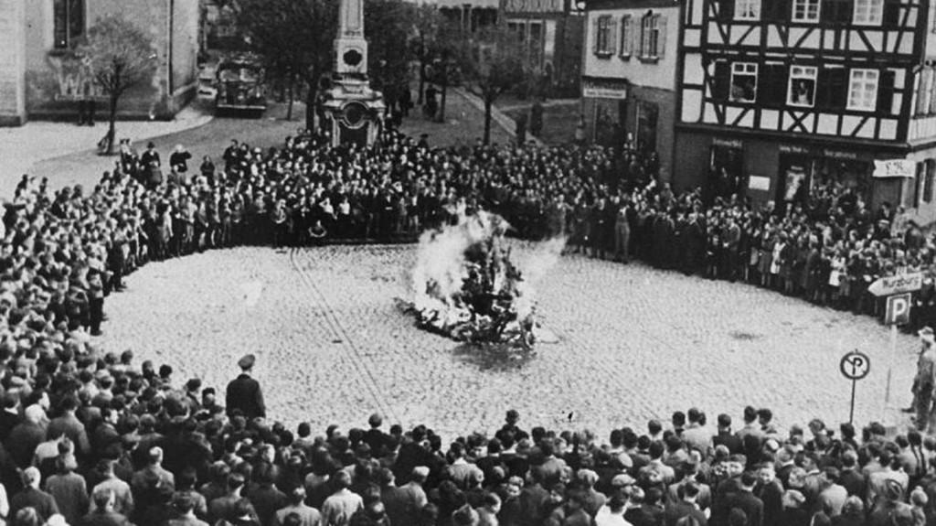 La quema de objetos provenientes de una sinagoga durante el Kristallnacht, en 1938. La familia Shinagel evitó la ola de vandalismo contra judíos escapando de Austria (Times of Israel)