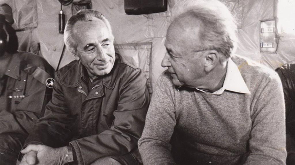 El entonces ministro de Defensa, Shimon Peres, con el premier Isaac Rabin en la década de 1970, cuando Shinagel daba sus primeros pasos como Decano lo conoció (GPO)