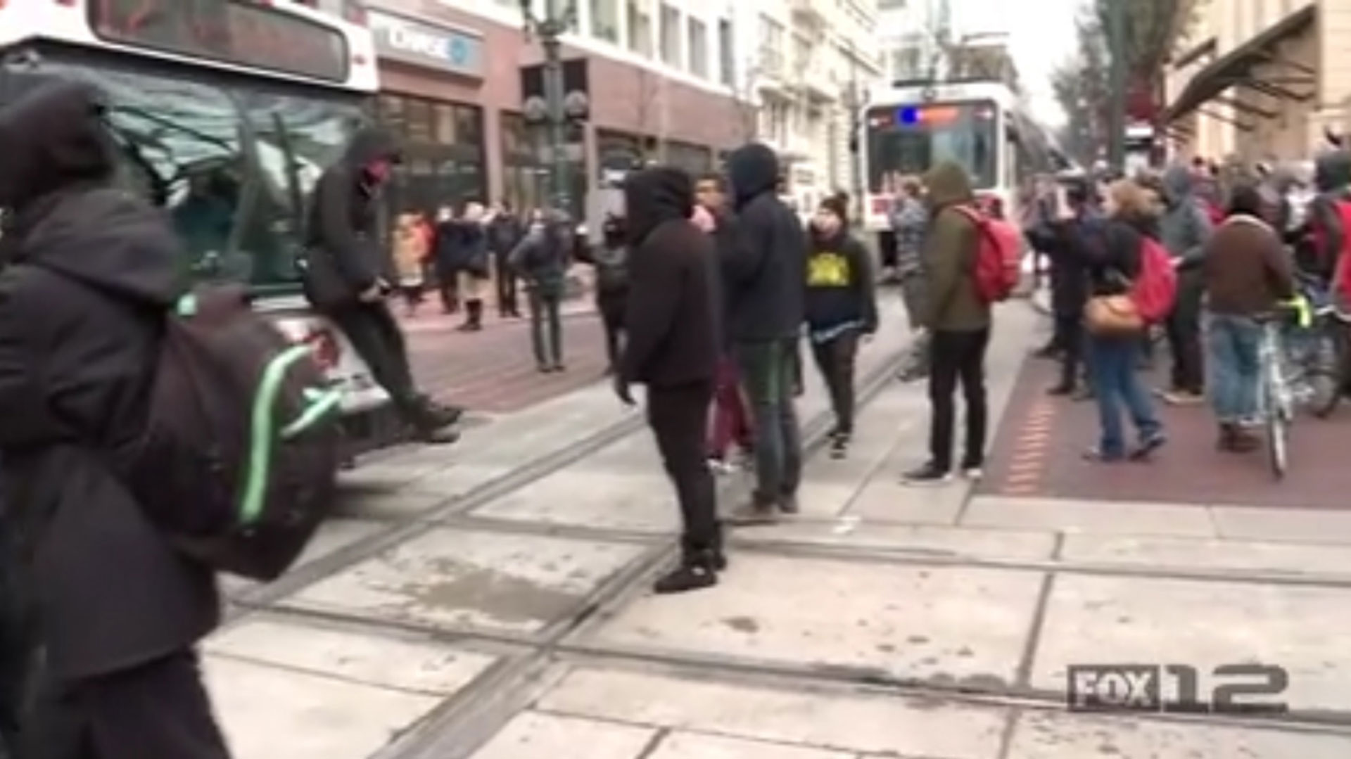 La policía de Portland actuó de inmediato y redujo a los manifestantes en pocos segundos. Catorce de ellos fueron detenidos