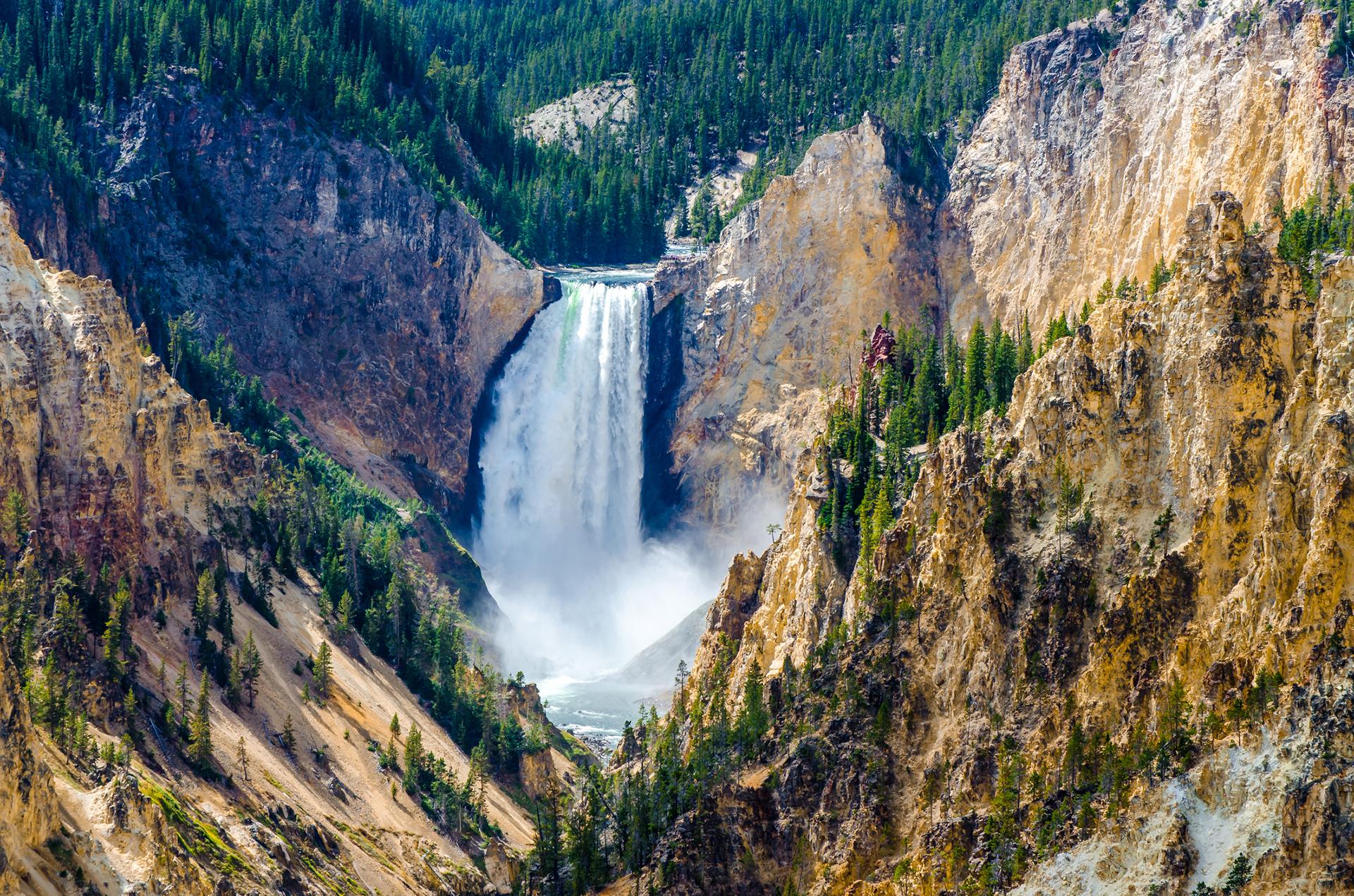 Ubicado en Wyoming, Montana e Idaho, es famoso por su diversidad de fauna. También destaca el Gran Cañón de Yellowstone, y la colección de géiseres y fuentes termales más impresionante del planeta Tierra