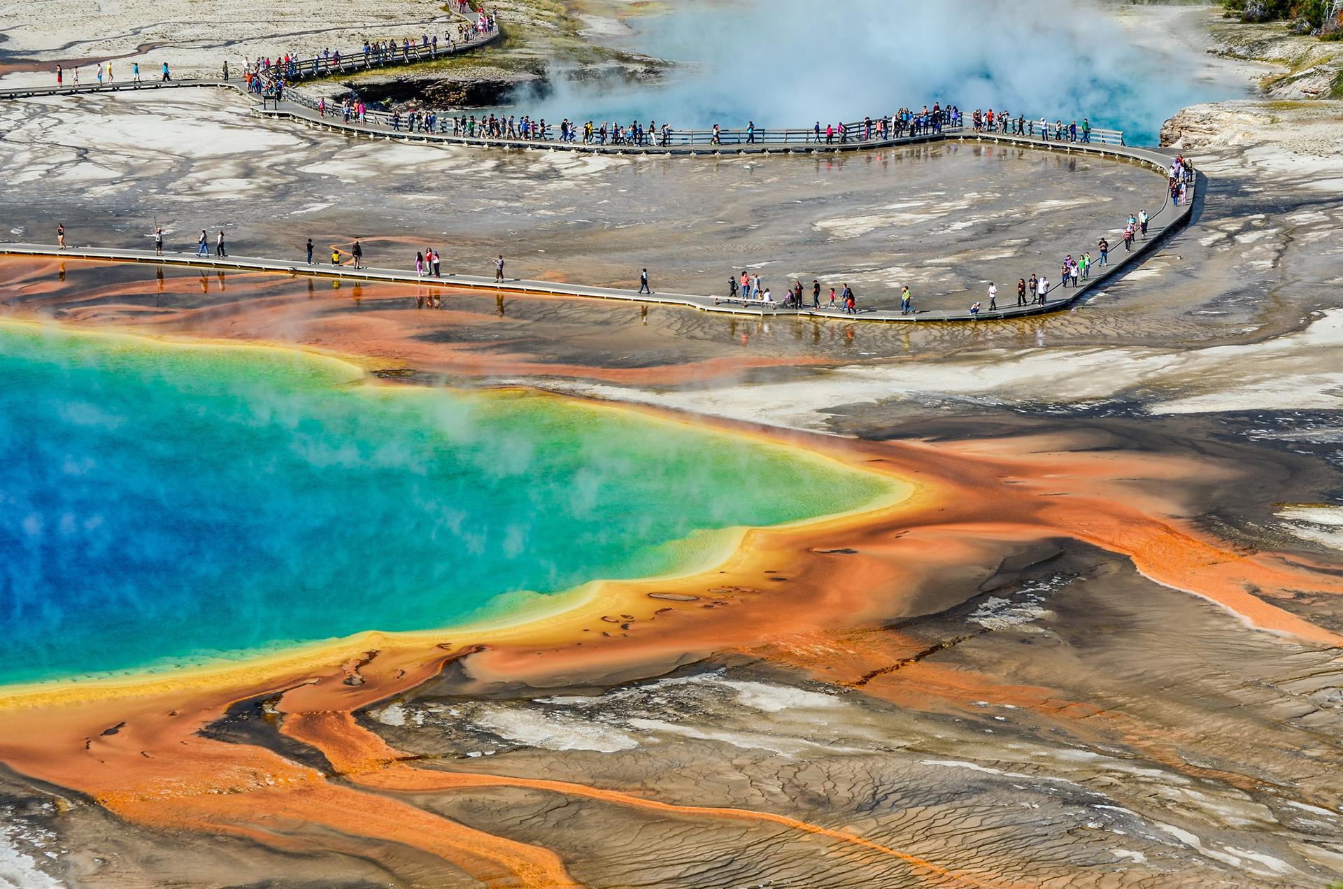 La Gran Fuente Prismática en el Parque nacional Yellowstone es la fuente mayor de aguas termales en los Estados Unidos